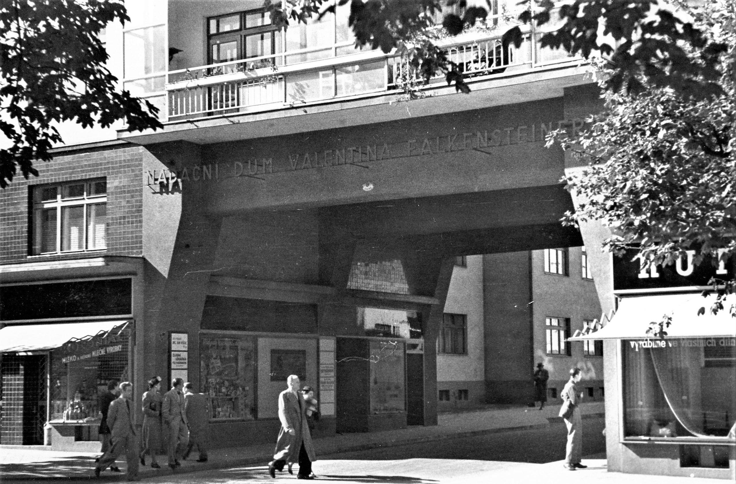 Pohled-do-průchodu-nadačního-domu-Valentina-Falkensteinera-od-Oskara-Pořísky-ve-40.-letetch-20.-století
